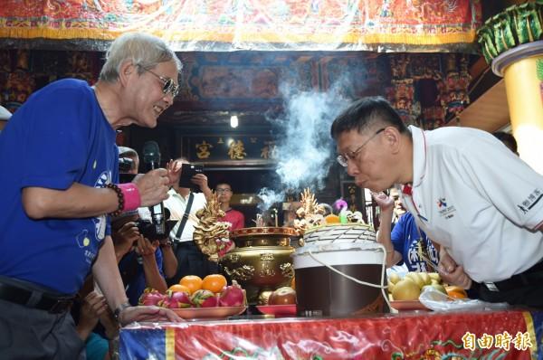 台北市長柯文哲(右)6日出席2017年北投割稻趣體驗活動剛好生日,北投區農會理事長王茂松(左)送蛋糕祝福。(記者簡榮豐攝)