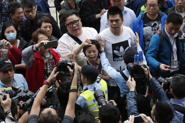 香港公民團體今天再次發動反水貨集會遊行,卻在元朗遭到鄉民阻饒,雙方爆發衝突,造成多人受傷。(路透)