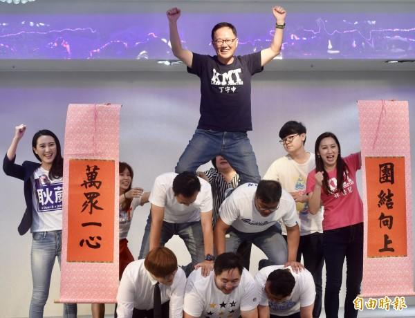 丁守中以年輕人作為地基,站上金字塔頂端的照片,引發網友議論,被酸這就是「KMT的理想社會」。(資料照,記者簡榮豐攝)
