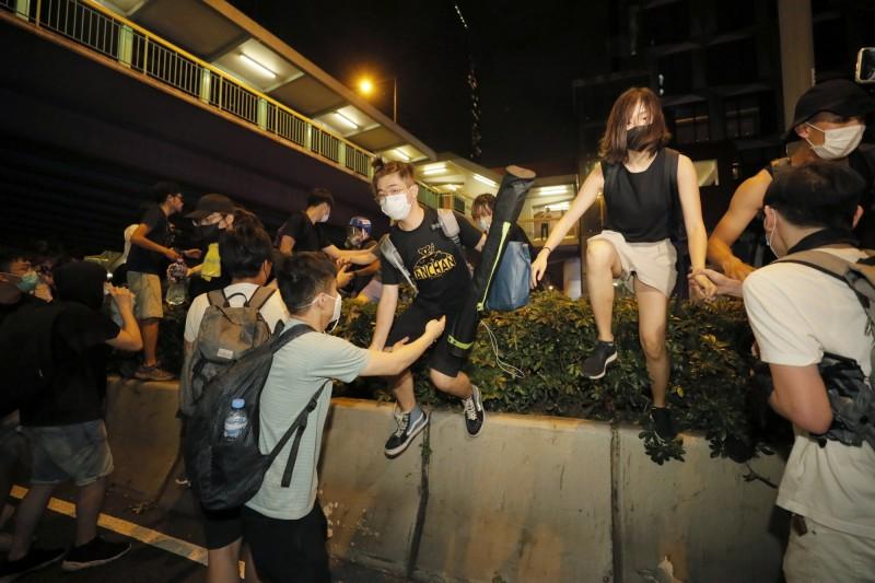 抗議青年越過防守線。(美聯)