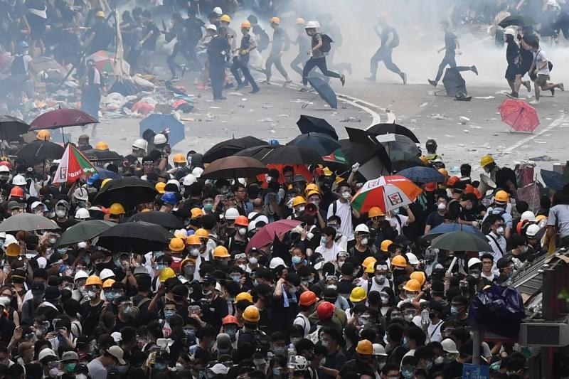 香港政府欲修訂「逃犯條例」,讓許多民眾相當不滿,上街參與「反送中」條例,目前情況越來越惡劣,警民衝突逐漸加劇,香港立法院會更在不久前宣布流會,香港政治評論家鄭立發文指出,若是能撐到這天,將給中國構成更大壓力。(法新社)
