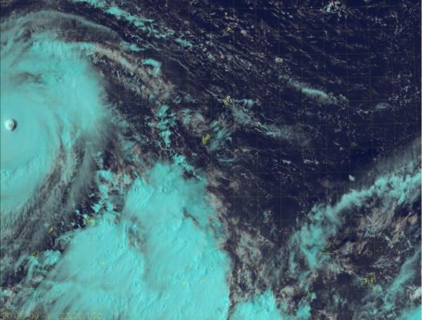 賴忠瑋指出,「山竹」仍在不斷增強,預計未來24小時內經過菲律賓東方海面的暖水區後,會再度增強或維持強度。(圖擷取自RAMMB/Himawari-8)