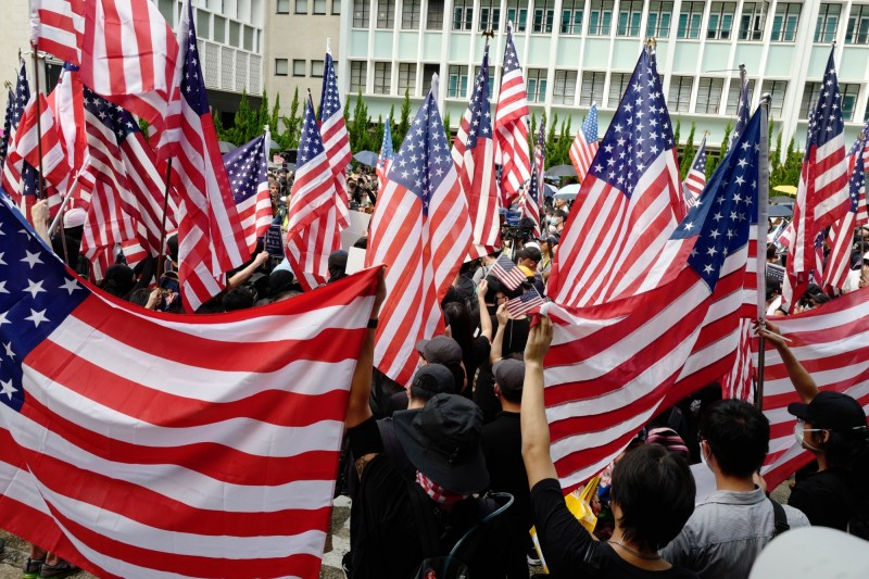 為促請美國國會盡快通過《香港人權與民主法案》,超過400名學者、社運人士以及市民發動聯署,並去信美國眾議院議長佩洛西。圖為日前香港人「《香港人權與民主法案》集會以及遊行」。(歐新社)