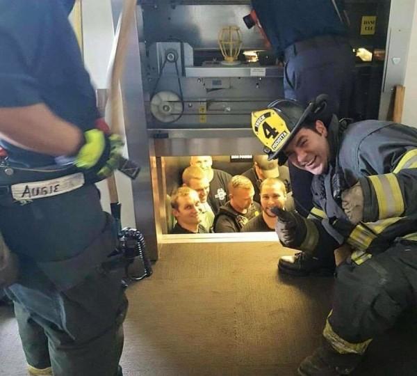 美國警察受困電梯,消防隊員救援時卻趁機拍照上傳;只見消防隊員開心豎起大拇指,警察卻一臉尷尬,有趣景象樂翻網友,立刻引發熱議。(圖擷取自Kansas City Missouri Police Department臉書)