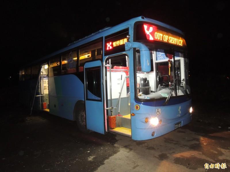 基隆客運台北往金瓜石的1062號公車前年發生國三女學生被公車摔出車外輾斃,事發後被扣在瑞芳交通分隊對面停車場。(資料照,記者林嘉東攝)