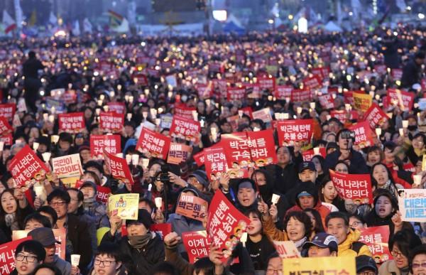 南韓在今年發起「燭光革命」,成功扳倒備受爭議的前總統朴槿惠。(美聯社)