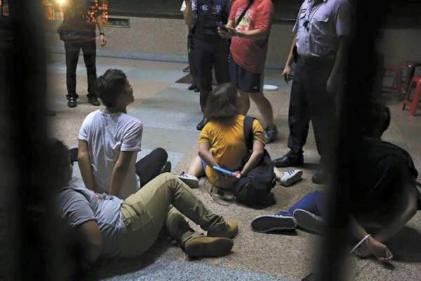 今日凌晨,反黑箱課綱學生翻牆攻佔教育部,手無寸鐵的學生遭警方逮捕。(圖片擷取自獨立記者林雨佑臉書)