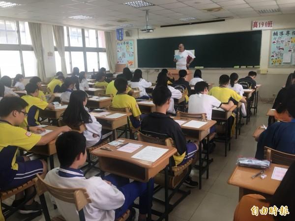 今年國中教育會考數學科精熟級增加幅度最大達5.8%,待加強降低幅度也較大,達4.7%,首度在3成以下,不過在數學非選題部分,仍有4萬221人抱蛋,其中7成是交白卷。(資料照)
