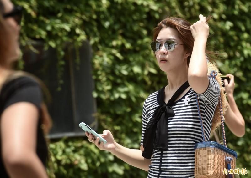 明(23)日西半部晴朗炎熱,東部紫外線達「危險級」,並有短暫陣雨機會;提醒民眾外出做好防曬工作,多補充水分。(資料照,記者簡榮豐攝)