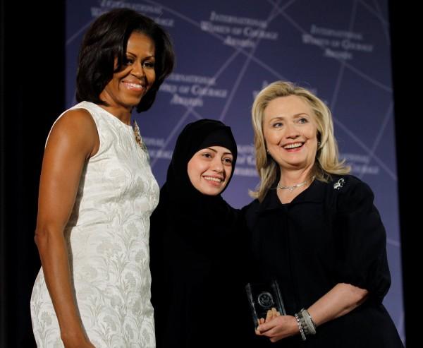 沙瑪爾(中)2012年獲得國際婦女勇氣獎,圖左為蜜雪兒歐巴馬(Michelle Obama ),圖右則是希拉蕊柯林頓(Hillary Clinton)。(資料照,路透)
