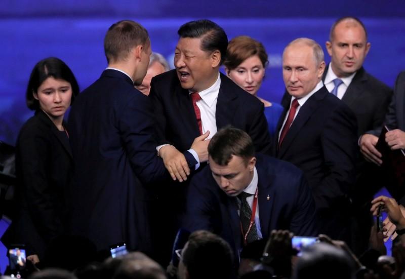 中國國家主席習近平7日參加在俄羅斯聖彼得堡經濟論壇(SPIEF),討論了莫斯科與北京的合作,但就在論壇剛結束後,習近平突然跌倒,身旁的保鑣立刻將他扶住。(路透)