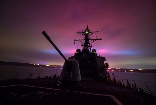 「超高速炮彈」能更有效率進行岸轟、反艦射擊,攔截敵機、巡弋飛彈與反艦飛彈,且成本低廉,能直接裝在大多美國海軍船艦上。(圖擷取自US Navy臉書專頁)