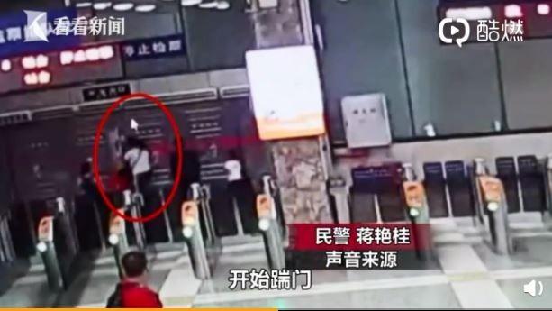 中國一名媽媽帶3名孩子欲搭火車,但卻遲到被擋,竟自行翻越閘門、怒嗆站務人員遭逮捕。(圖擷自微博)