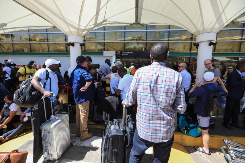 受肯亞航空職業工會罷工影響,數千名旅客只能在機場外等候班機恢復正常。(歐新社)