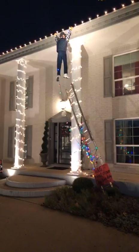 美國德州1戶人家為了在街坊耶誕節布置大賽中奪冠,做出了超狂布置,甚至引起路人恐慌。(圖擷取自Facebook)