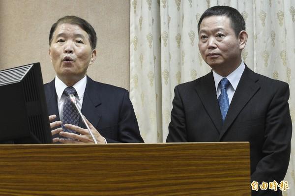 國防部長高廣圻(左)與政治作戰局長聞振國(右)昨日出席立法院外交及國防委員會,針對憲兵案進行回應。(資料照,記者陳志曲攝)