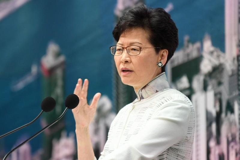 香港政府欲強推《逃犯條例》修訂草案,引發百萬港人上街遊行「反送中」,香港特首林鄭月娥15日宣布暫緩修訂《逃犯條例》。(法新社)