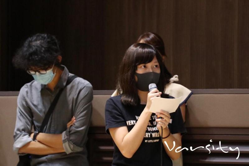1名戴口罩的中大學生發言時表示,自己被捕後在新屋嶺遭受性暴力,之後更在眾人面前脫下口罩。(圖擷取自臉書_Varsity CUHK)