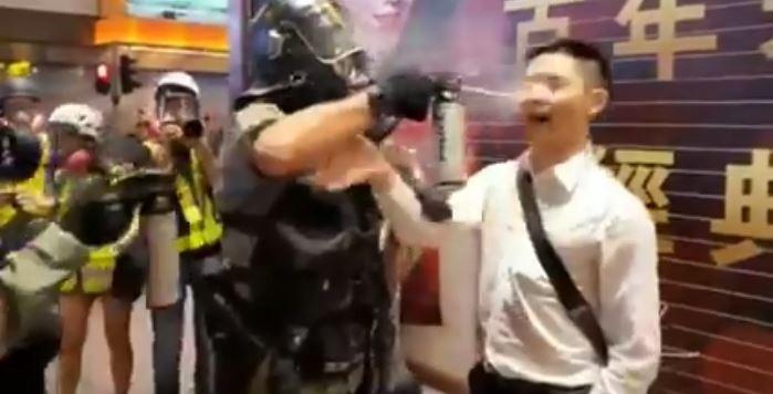 香港民眾昨晚上街抗議,中環街頭昨晚再度引爆嚴重警民衝突。(圖擷取自推特)