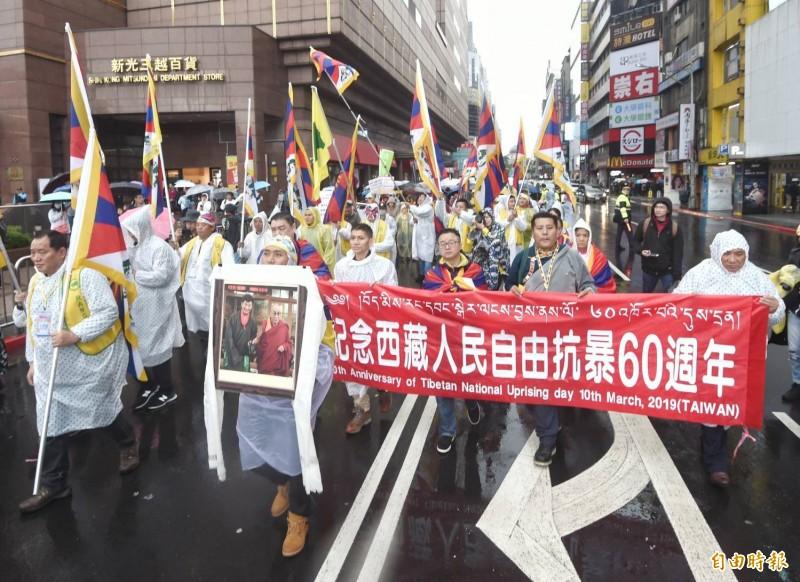 西藏抗暴一甲子,在台西藏人福利協會、台灣自山圖博學聯等數十個團體今在台北228和平公園前舉行310西藏抗暴日60週年大遊行。(記者方賓照攝)