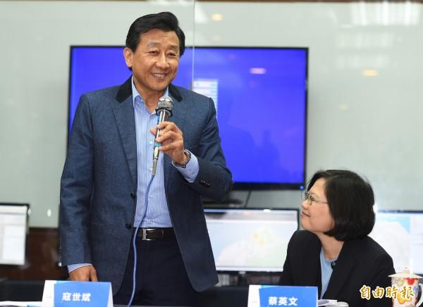總統當選人蔡英文(右)繼續產業參訪之旅,走訪台灣物聯網產業大猩猩科技,由集團執行長寇世斌(左)親自接待簡報。(記者張嘉明攝)