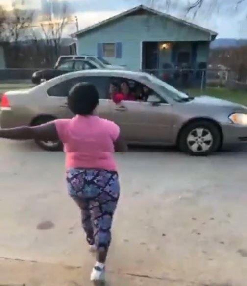 從影片中能看見,一名身穿粉紅T恤的女子在街上向一輛銀色轎車駕駛比手畫腳,但聽不清楚在說什麼,不久後,該名車主竟邊倒車邊朝她連開3槍,該名女子中彈後,當場倒在地上。(圖擷取自推特 @ricchgorl)