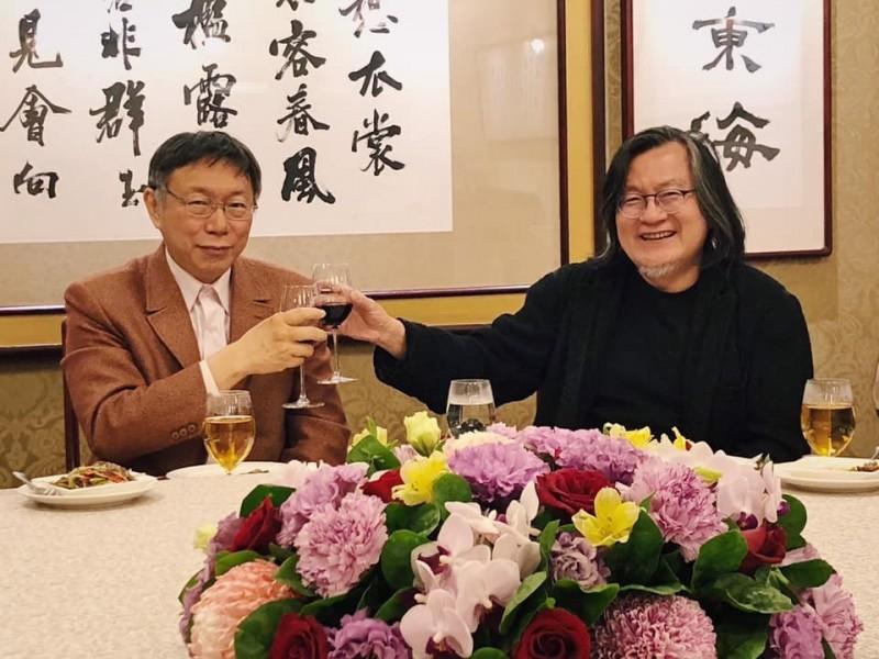 柯文哲昨晚與前都發局長林洲民舉杯燦笑,似乎已一笑抿恩仇。(圖取自柯文哲粉絲後援會臉書社團)