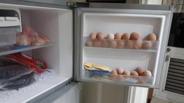 民眾家中阿嬤把雞蛋冰進冷凍庫,讓他哭笑不得。(圖擷取自爆怨公社)