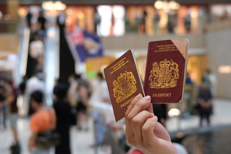 64%受訪者支持向持有英國護照的港人提供永久居留權。(路透)