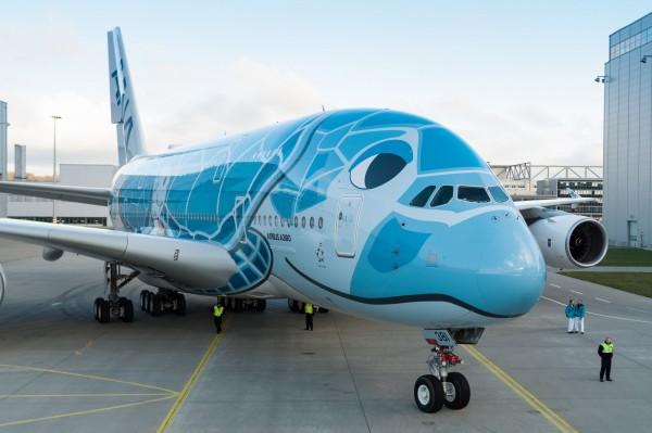 藍色機身剛從德國漢堡的噴漆廠出廠。(圖擷自空中巴士官網)