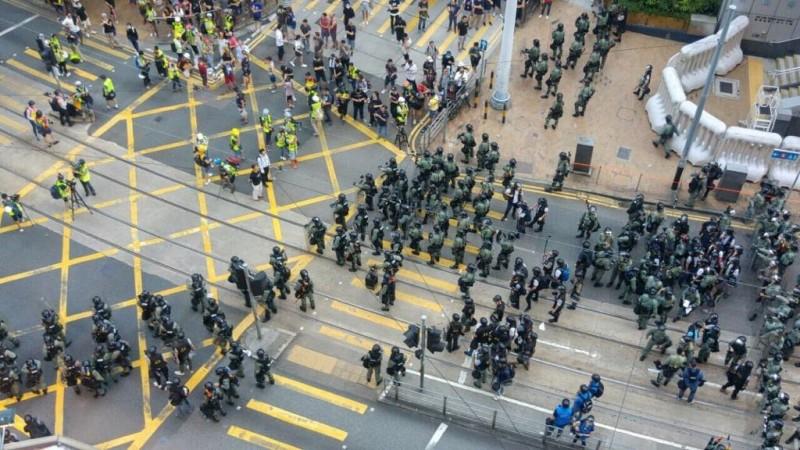 西區警署外警力不斷增強,警方要求現場的記者保持距離,警方將有所行動。(圖擷取自TG頻道_紅磚支援台)