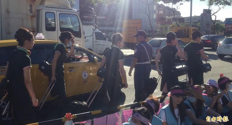 不時有剛飛抵國門的空服員搭著計程車,趕到罷工現場支援。(記者陳恩惠攝)