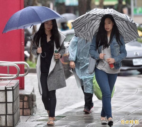 明(8日)冷空氣再度南下,這波冷空氣強度將比上波還強,台北將降至14度,有機會首度達冷氣團標準。(資料照,記者簡榮豐攝)