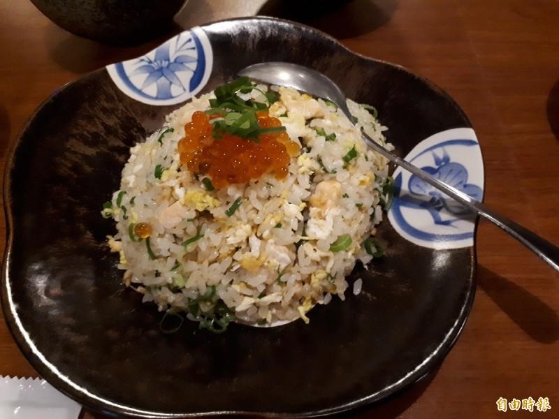 除了串燒好物,店內也有主食料理,像這道鮭魚卵炒飯,可吃到魚肉和爆漿鮭魚卵,讓人回味無窮,忍不住一口接一口。(記者洪美秀攝)