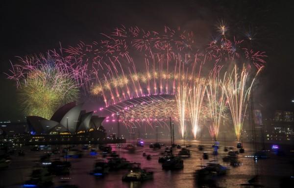 雪梨跨年煙火秀,以超過10萬發煙火迎接2019年。(歐新社)
