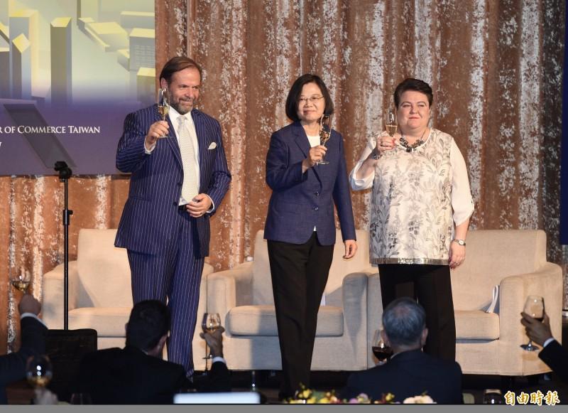 總統蔡英文(中)15日出席歐洲日晚宴,會中和歐洲商會理事長尹容(左)、歐盟駐台代表馬澤璉(右)一同向與會者舉杯致意。(記者羅沛德攝)