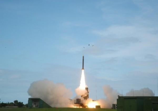 「天弓三增程型防空飛彈」已完成測試驗證,提升射程及抗干擾等性能,未來將可有效攔截中國東風21型中程彈道飛彈。圖為天弓三型飛彈。(圖擷取中科院官網)
