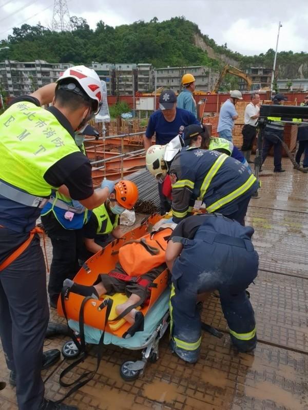 今日稍早,新北市汐止區驚傳工安意外,1名工人不慎墜樓,當場無生命跡象。目前已經送醫急救,墜樓原因仍在調查當中。(民眾提供)