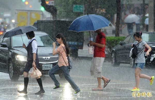 氣象專家吳德榮提醒,受西南風持續影響,明天至週日大氣對流不穩定度持續提高,中南部有激發劇烈天氣的機率,並可能連日大量降雨。(資料照)