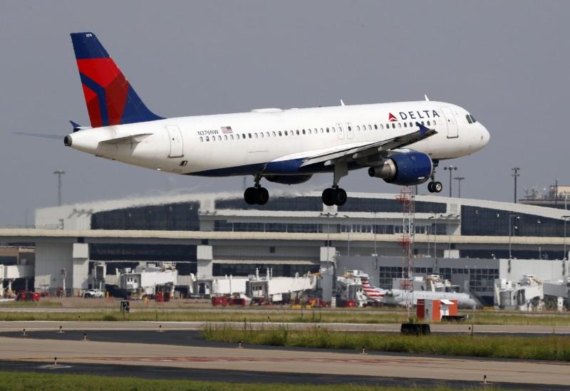 達美航空一架從喬治亞州亞特蘭大飛往佛州羅德岱堡的班機,在高空中急墜3萬英呎(約9144公尺)。達美客機示意圖。(美聯社)