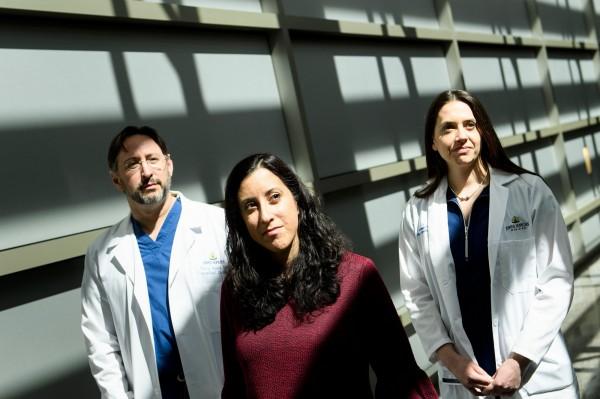 美國醫療團隊成功完成全球首次活著的愛滋病帶原者間的器官移植手術,捐贈者為馬丁妮茲(中)(法新社)