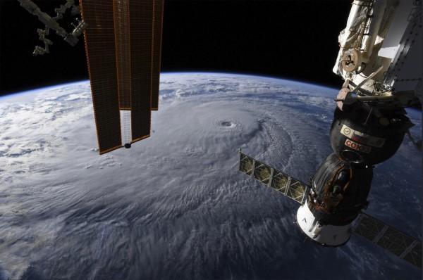 1艘停泊於國際太空站的太空船出現裂縫,造成太空站內氣壓下降,太空人全力修補後,目前安全無虞,未來仍須觀察。(美聯社)