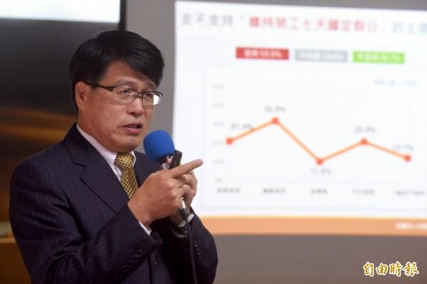 台灣民意基金會董事長游盈隆今日公佈同婚民調結果。(記者羅沛德攝)