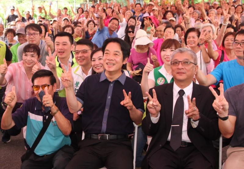 前行政院長賴清德(前右2)22日下午到台南出席廣播節目主持人阿羚的聽友見面會,受到支持者熱烈歡迎,全場與會眾人開心合影。(中央社)