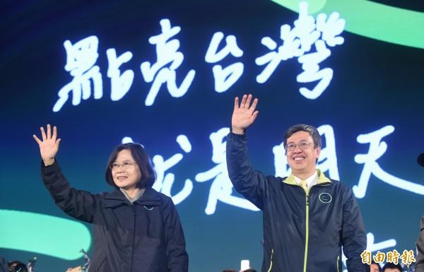 蔡英文與陳建仁在台上向支持者致意。(記者劉信德攝)