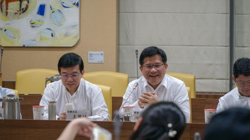 交通部長林佳龍今天接任正好滿100天,針對近期的長榮航空勞資爭議,他表示雙方仍有協商空間。(交通部提供)