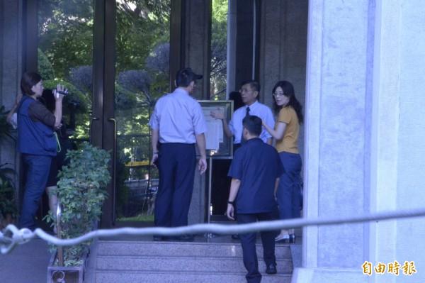 台北地檢署主任檢察官官陳明進上午8點半左右來到教育部,勘查大門等現場。(記者吳柏軒攝)