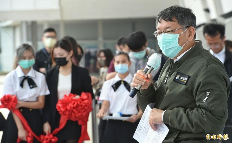 台北市長柯文哲今早出席台北市春季婚紗購物節,被媒體詢問雙北合作關係時回應「不會啦,我們現在跟侯友宜關係很好」。(記者劉信德攝)