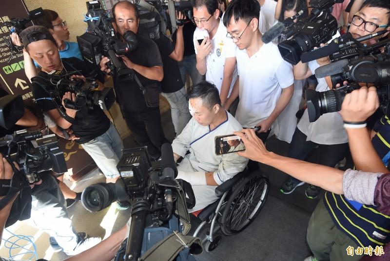 心靈海企業集團富少游瀚甯(中)駕駛藍寶堅尼狂飆,在自強隧道中撞上工程車,釀2死3傷的悲劇,事發後他坐著輪椅出席遭撞死工人的告別式,全程低著頭不發一語。(資料照)