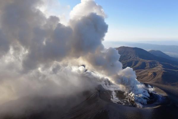 位於日本宮崎縣與鹿兒島縣交界處的新燃岳火山活動日漸頻繁,3月至今爆發多次大規模噴發。(美聯社)